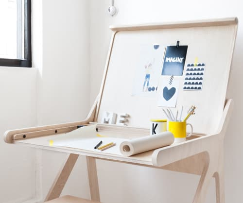 K desk easily and quickly hides clutter